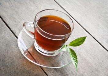 gele thee in kopje