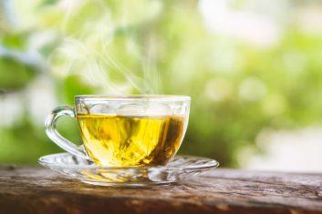 kopje gele thee